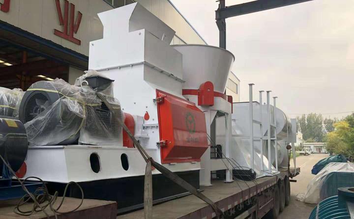 秸秆旋切机、烘干机、颗粒机等生产线设备正在装车,准备发往山东济宁。